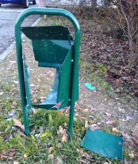 Devastato da vandali il raccoglitore di deiezioni canine posto in via S. Dionigi  di fronte alla scuola media. «Condanno questo gesto di vandalismo a86e652c991